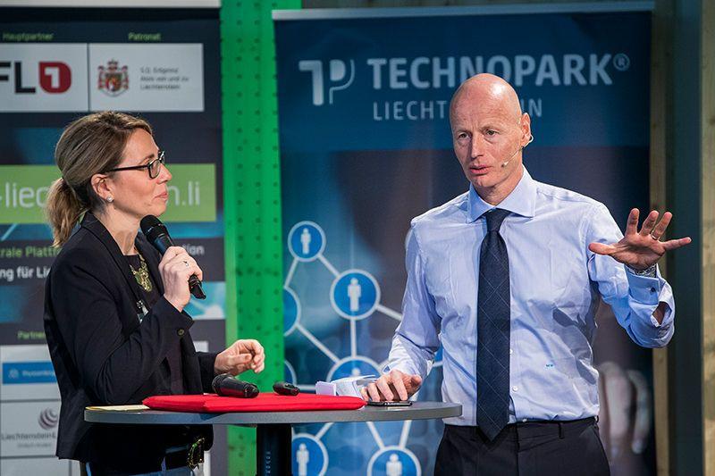 Moderatorin Berit Pietschmann mit Marc Walder, Präsident von digitalswitzerland